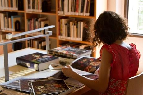 L'accesso alla Biblioteca Zeri rimane solo su prenotazione, ore 10.00-16.00, con capienza ridotta a 16 posti. Leggi come prenotare